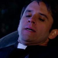 ¡El padre Reynaldo fue apuñalado!