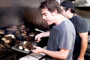 Álvaro Escobar se convirtió en parrillero del restaurante más antiguo de Pirque