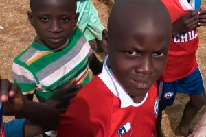 ¡Niños ugandeses con la camiseta de la Selección Chilena!