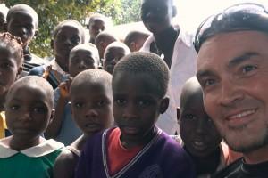 Luis se emocionó hasta las lágrimas al conocer una escuela de Uganda