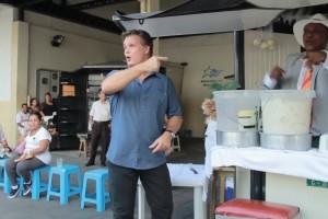 ¡Amaro estuvo vendiendo jugo de coco en el corazón de Guayaquil!