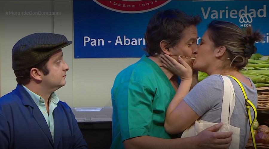 """Don Tuto miró cómo Belén Mora le dio un beso a """"Lindorfo"""""""