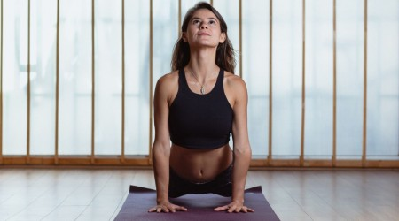 Marita enseña posturas de equilibrio y técnicas de respiración balanceada