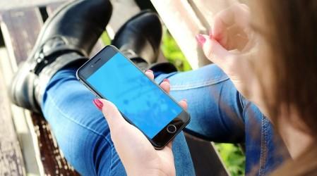 #5TipsLive: Luz de las pantallas móviles afecta nuestra piel ¿Cómo prevenir?