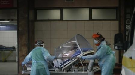 Hospital San José: Carpa se llovió y evacuan a pacientes tapados con plásticos