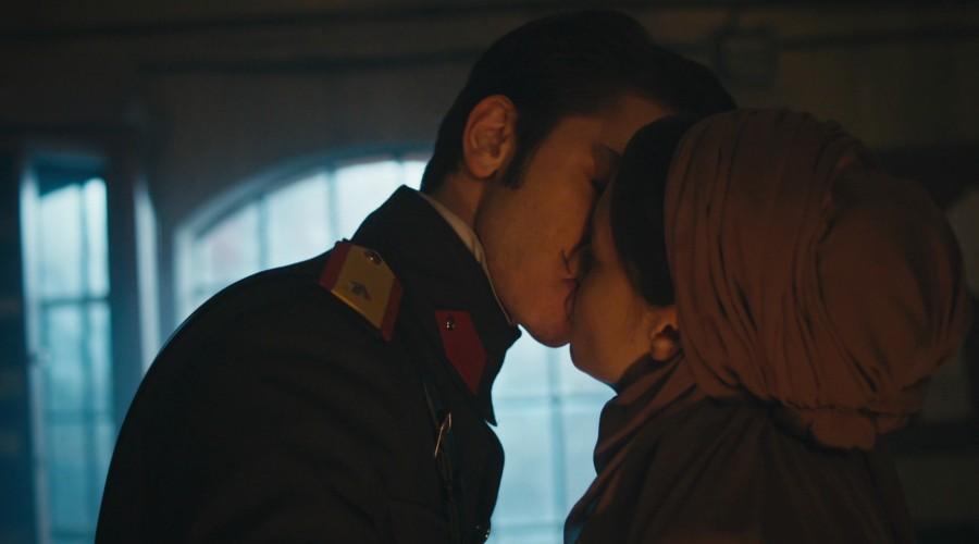 León demuestra sus sentimientos y besa a Hilal (Parte 1)