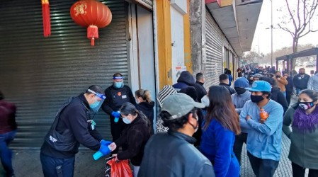 Cientos de personas durmieron fuera de Mall Chino por ofertas en Santiago Centro