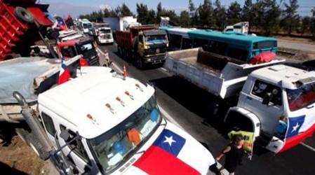 Camioneros inician paro indefinido y bloquean las principales carreteras del país