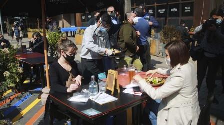 Bares y cafés reabren tras meses de inactividad en comunas en preparación