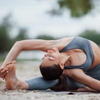 """Comienza la semana con energía: Posturas de yoga conocidas como""""guerreros"""" para generar fuerza"""
