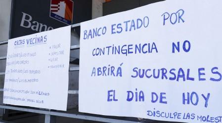 """Largas filas en BancoEstado por """"rapto digital"""" que preocupa a clientes"""