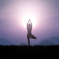 Sigue las posturas de yoga terapéutico y meditación guiada para terminar la semana en calma