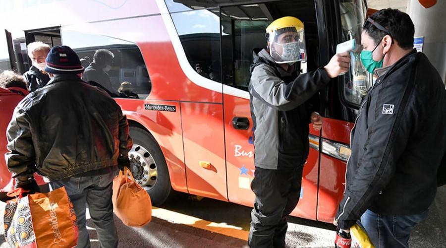 Con pasaporte sanitario en mano: Viajeros se preparan en el terminal de buses para salir de Santiago