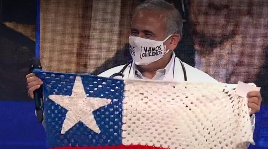"""""""No me salen las palabras"""": Dr. Ugarte se emociona al recibir reconocimiento en campaña """"Vamos Chilenos"""""""