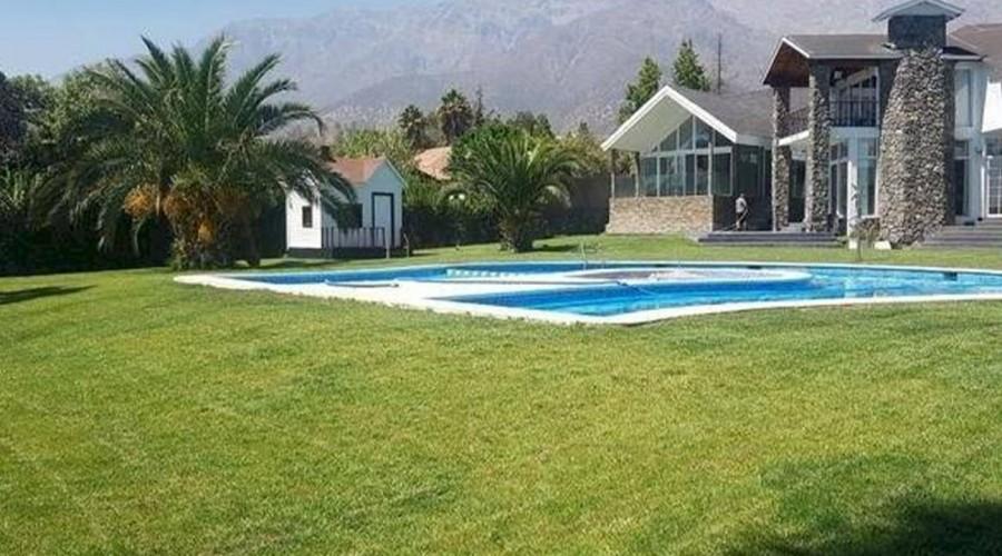 """Cine, campo de golf y piscinas: Arturo Vidal y """"Chino"""" Ríos venden sus casas en Santiago"""