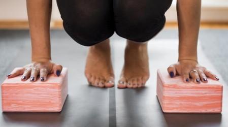 """Comienza tu día con yoga: Posturas para preparar """"Sirsasana"""" o paro de cabeza"""