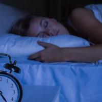 Evita el uso de tecnología antes de dormir para obtener un sueño reparador