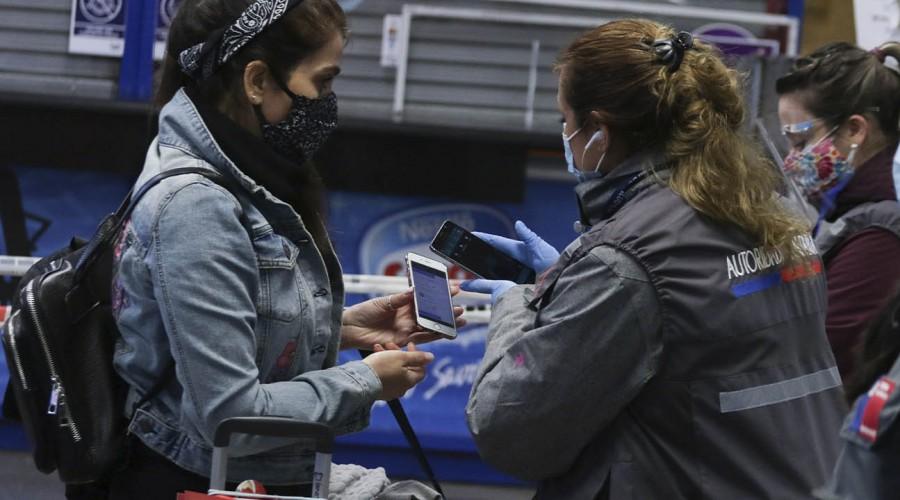 Pasajeros utilizan el nuevo permiso de viajes interregionales con protocolo sanitario en el terminal de buses