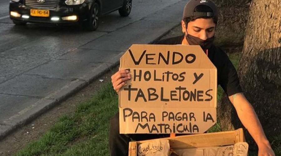 Joven perdió tres trabajos por la pandemia y ahora vende golosinas para pagar matrícula de la universidad
