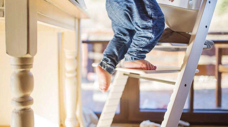 Vigila a tus hijos para evitar caídas y golpes en el hogar