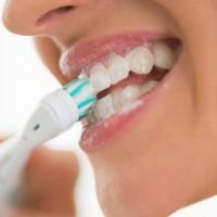 Cepillar los dientes y usar seda dental para evitar microorganismo en la boca