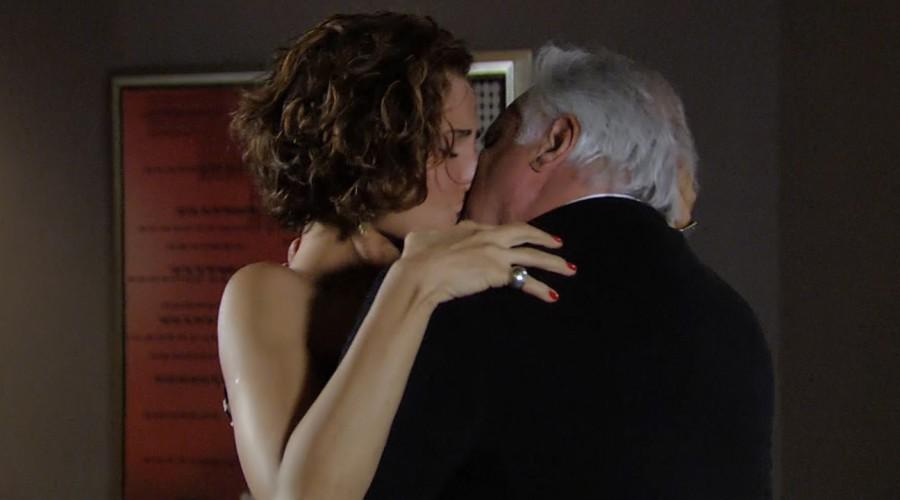 El apasionado beso entre Raúl y Carol (Parte 1)