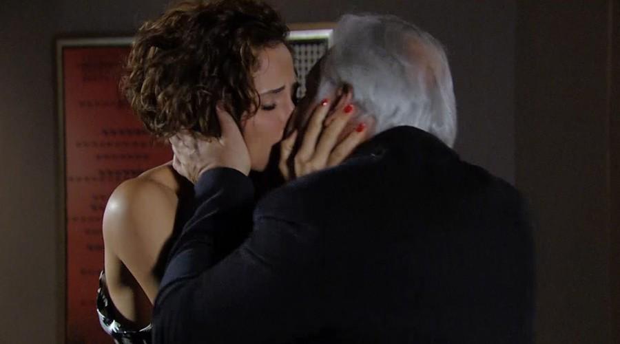El apasionado beso entre Raúl y Carol (Parte 2)