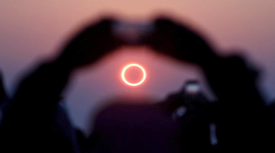La espumadera de la cocina sirve para mirar el eclipse de forma segura