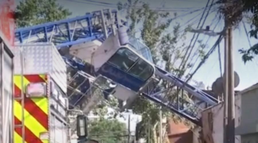 Grúa cae sobre casas en Independencia: Bomberos trabaja en rescate de personas atrapadas
