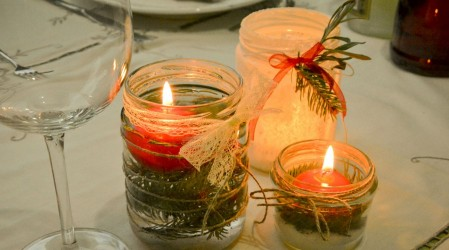 Frascos de vidrio vacíos con velas de colores: El sencillo secreto para decorar y reciclar en Navidad