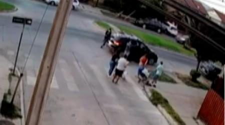 A plena luz del día: Delincuentes asaltan a dos familias con bebés en Renca