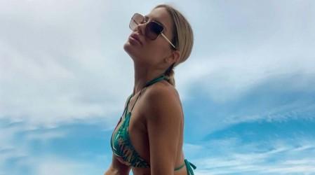 """""""Maravilla de mujer"""": Gala Caldirola se llena de halagos con pose en bikini en playa de Río de Janeiro"""
