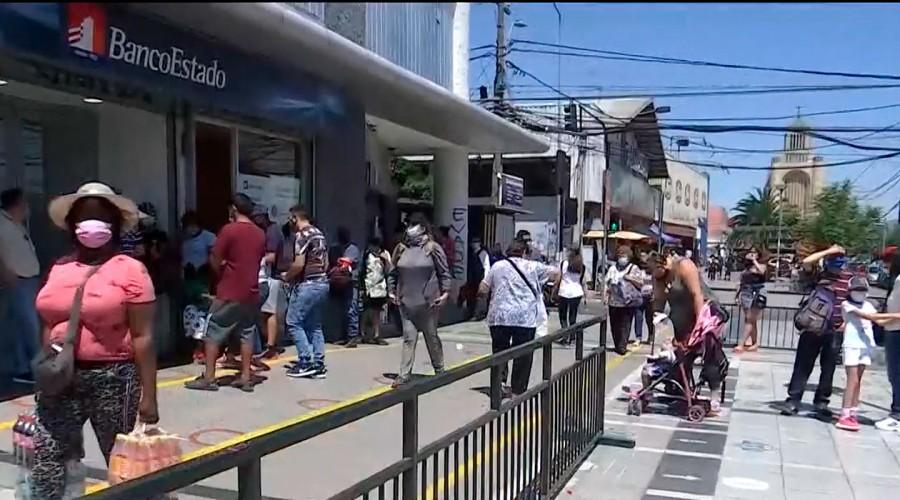 Gran aglomeración de personas en BancoEstado de Puente Alto para cambiar tarjeta de CuentaRUT
