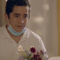 Carlitos le llevó flores a Esmeralda
