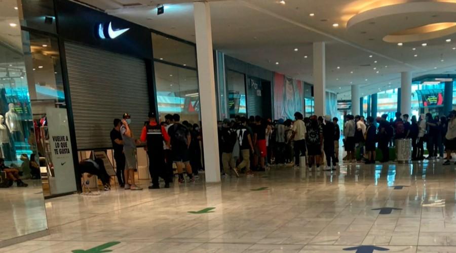 Gran aglomeración de personas en mall Plaza Vespucio por lanzamiento de zapatillas