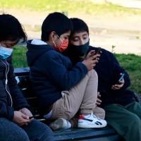 """Neurocirujano pediátrico alerta sobre tumores: """"Los niños no deben usar celular"""""""