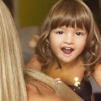 Gala Caldriola es duramente criticada tras publicar foto dándole un beso en la boca a su hija