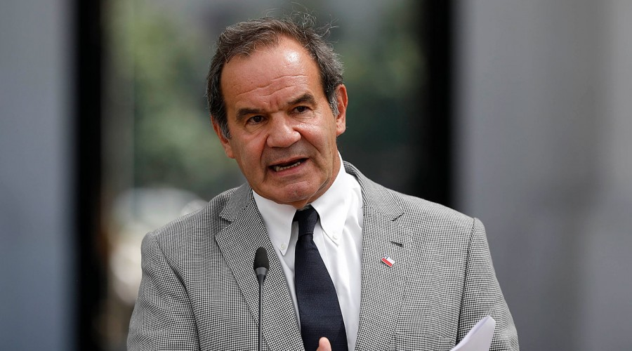 """""""No van a tener derecho a vacunarse"""": Ministro Allamand sobre turistas y extranjeros irregulares"""
