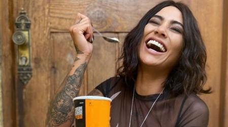 """La Dua Lipa chilena"": Camila Recabarren sorprende con un estilo muy parecido a la cantante"