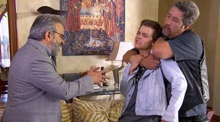 Alberto amenaza con una pistola a Julián - Capítulo 142