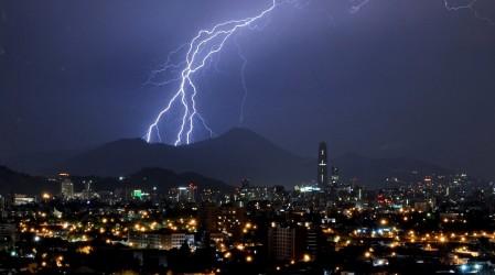 Posibles tormentas eléctricas en Santiago: Para hoy lunes Onemi declaró Alerta Temprana Preventiva