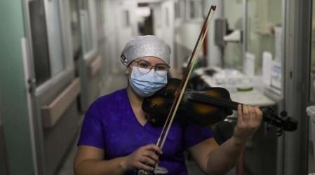 """""""Mi intención fue siempre dar amor"""": Damarís Silva y su música por los pasillos del Hospital """"El Pino"""""""