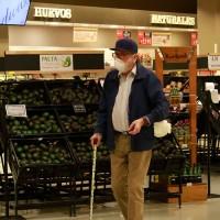 Mayores de 80 años podrán salir a comprar en las mañanas sin permiso de desplazamiento