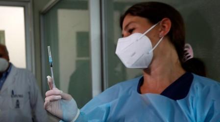 ISP recomienda que las vacunas Astrazeneca se administren a mujeres mayores de 55 años y hombres desde los 18