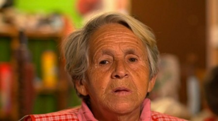 Amalia sigue trabajando con 82 años: Dirige el tránsito en la comuna de Melipilla para ayudar en su hogar