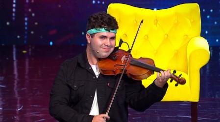 Jeremy Castro impactó con un original show que mezcló el canto con el violín