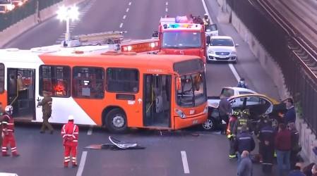 """""""Por la patria"""": Encapuchados roban bus del Transantiago, chocan y dejan al menos 2 heridos"""