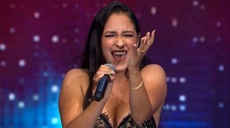 Jessica Sánchez encantó al jurado con su vozarrón y desplante en el escenario