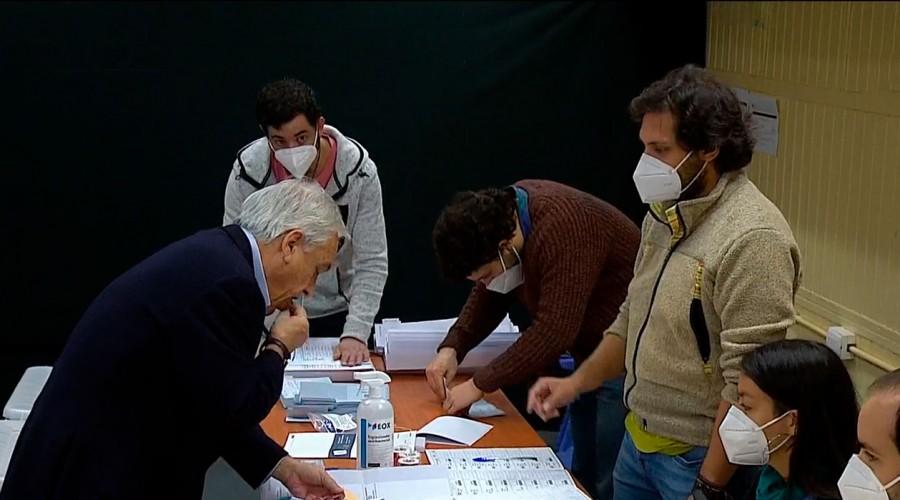 Presidente Piñera se equivoca y lame la estampilla autoadhesiva durante las votaciones