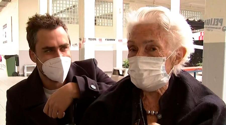 Todo por una fan: Actor Nicolás Oyarzún se tomó fotografía con mujer de 98 años que lo esperó tras votación
